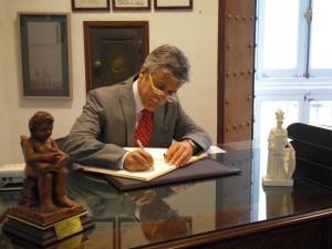 El Teniente Coronel don Manuel Cano Leal firma en el Libro de Honor del Ateneo