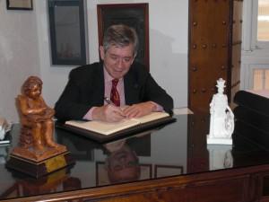 Enrique Barón Crespo firma en el Libro de Honor del Ateneo de Cádiz