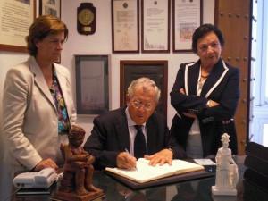 El Doctro D. Francisco Ventosa Edualdo firma en el Libro de Honor.
